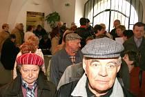 Znojemští důchodci mohli ve čtvrtek 2. dubna poprvé odevzdávat přihlášky na městem dotované zájezdy k moři či do lázní. Hned první den toho využily desítky lidí.