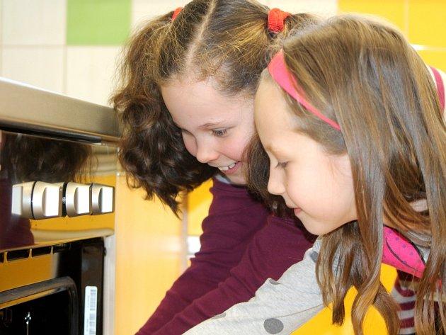 Děti navštěvující znojemskou základní školu JUDr. Mareše mají k dispozici novou a moderní cvičnou kuchyni.