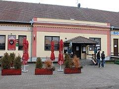 Restaurace v Nádražní ulici v Hrušovanech nad Jevišovkou, kam se v noci na pátek vloupal třicetiletý muž krátce po propuštění z věznice. Propuštěn byl na na amnestii. Policisté ho ale dopadli.