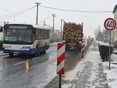 Semafor, značky omezující rychlost ani směrové desky nepomohly ke zpomalení dopravy v Kasárnách. Do desek navíc narážejí kamiony a ohýbají je.