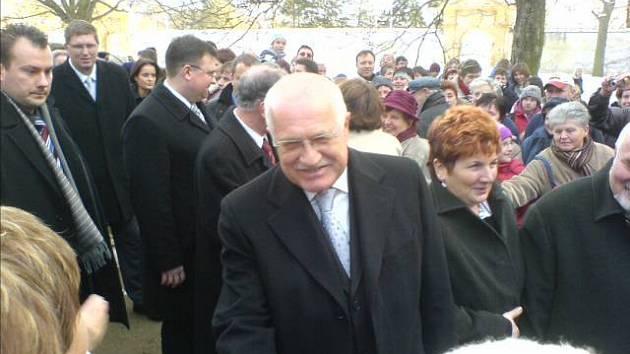 Václav Klaus s manželkou Livií dorazil do Moravského Krumlova