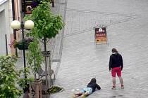 Neuvěřitelnou zábavu si pro nedělní ráno vybrali dva muži ve Znojmě. Jen několik metrů od budovy radnice si tam v Obrokové ulici udělali střelnici.