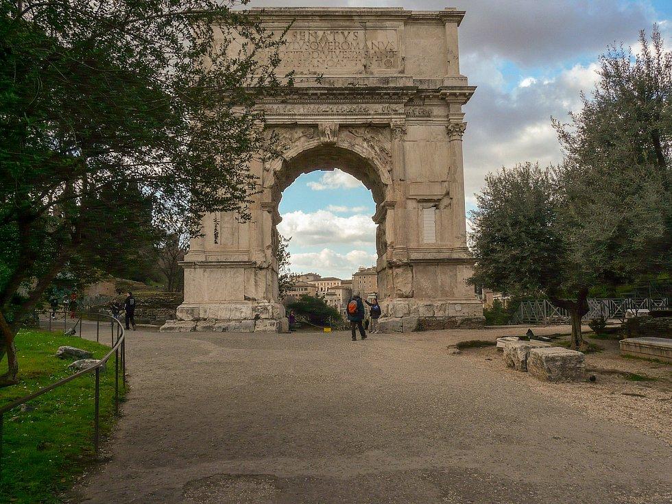 Slavný Konstantinův oblouk u Fora Romana.