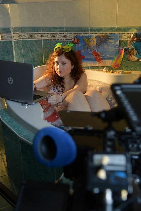Rodačka z Moravského Krumlova režisérka Eva Toulová (na snímku při natáčení) točí nový film Superžena.