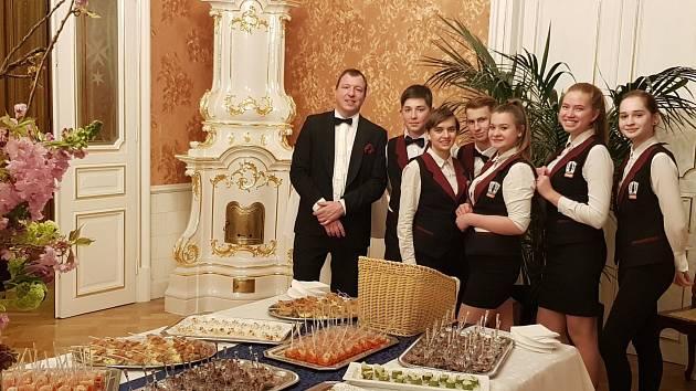 Žáci střední školy v Přímětické ulici ve Znojmě připravovali pro hosty na českém velvyslanectví ve Vídni slavnostní čtyřchodový oběd.
