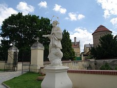 Sochu svatého Jana Nepomuckého na nádvoří znojemského hradu poškodil neznámý vandal.