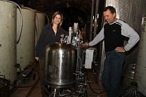 Pavel Matouš a jeho dcera Eliška  se společně věnují výrobě vína. V Olbramovicích mají jeden z největších místních sklepů.