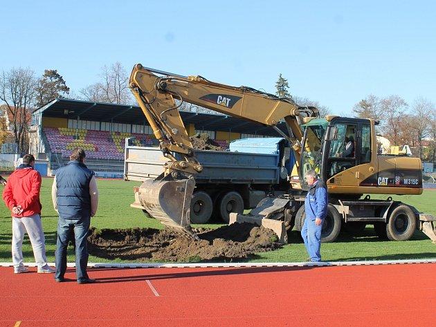 Ve Znojmě začaly poslední říjnový den stavební práce na rekonstrukci fotbalového stadionu prvoligového nováčka.