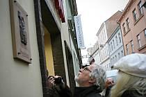 Odhalili pamětní desku sládku Hostanovi. Zástupci znojemského Okrašlovacího spolku a Jana Pikardová za velký pivovarnický koncern.