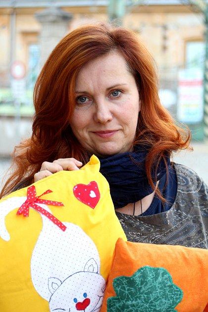 Jedním zmnoha způsobů pomoci onkologicky nemocným pacientům je šití polštářků pro děti.