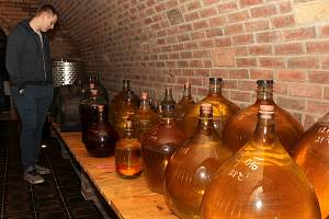 Takto se lidé bavili před covidem na akcích jihomoravských vinařů.