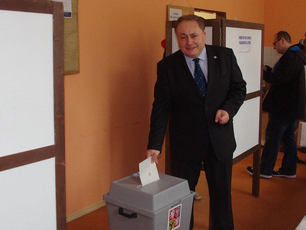 Hodinu po otevření místností odvolil ve Znojmě jihomoravský lídr Strany práv občanů Marian Keremidský.