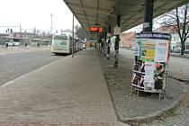 Na vlakovém nádraží se povalují kusy hadrů a papíru, v bezprostředním okolí sousedního autobusového je pak poničená kostková dlažba chodníků a vidět je i další nepořádek.