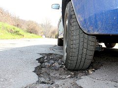 Velké, hluboké a nebezpečné díry jsou na místní silnici mezi obcemi Dobšice a Dyje.