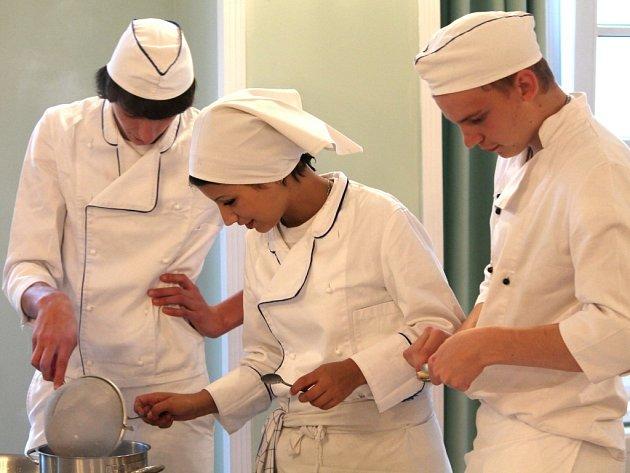 Budoucí mistři v oboru kuchař se utkali v soutěži o nejlepší Znojemskou pečeni.