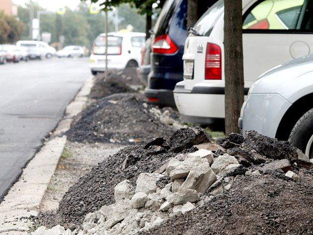 Silničáři sice dodrželi termín pro zprovoznění ulice Rooseveltova, uklidit suť z parkoviště ale nestihli. Na tři desítky parkovacích míst byly zablokované ještě v pondělí 24. srpna.