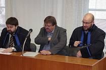 Bývalý starosta Troskotovic Michal Ordoš (na snímku uprostřed) čelí před znojemským soudem obžalobě z organizace podvodu, zneužití pravomoci a zpronevěry.