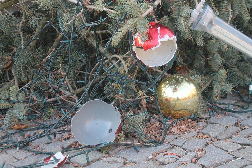 Sotva ve Znojmě začal v neděli advent, vánoční strom na Horním náměstí nevydržel nápor silného nočního větru a v noci na pondělí se skácel k zemi.