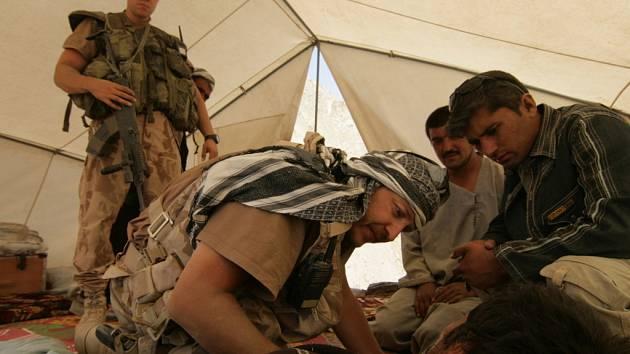 Ošetření zraněného Afghánce během cesty