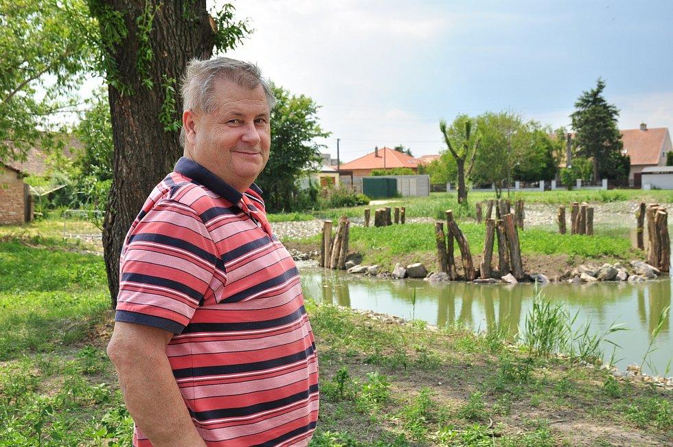 Zajistí jim dostatek vody ve studních, v Hevlíně obnovují osm rybníků po předcích. Na snímku starosta Antonín Pichanič
