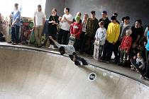Skateboardové závody Hrušovany Open přilákaly už po sedmé více než sto účastníků. Akci, která se konala druhou květnovou sobotu za místní školou, pojali organizátoři tradičně jako malý festival. Divákům i účastníkům zpestřily program nejen rockové kapely.