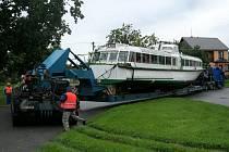 Na vranovskou přehradu míří ze slovenského Gabčíkova starý maďarský hydrobus. Od úřadů nemá povolení ke spuštění na hladinu.