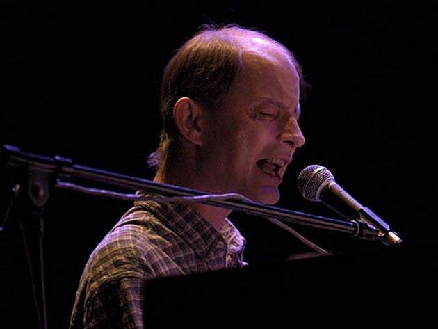 Zpěvák, pianista, skladatel a textař Filip Topol.