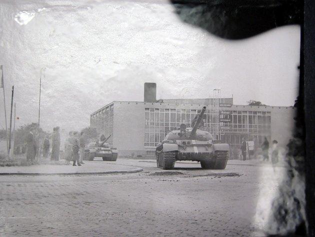 Bulharské tanky v srpnu 1968 před městskými lázněmi.