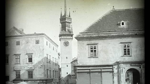 Výstava v Domě umění ukazuje digitalizované snímky ze sbírky skleněných fotografických desek zachycujících Znojmo a okolí na přelomu 19, a 20. století. Na snímku  Na snímku ústí Obrokové ulice s radniční věží do Horního náměstí, vpravo Czikanovský dům, po