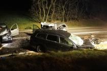 Čtyři lidé zemřeli při havárii tří osobních aut mezi Pavlicemi a Vranovskou Vsí, tři se zranili. Tragická nehoda se stala před pátou hodinou večer na hlavním tahu mezi Jihlavou a Znojmem.
