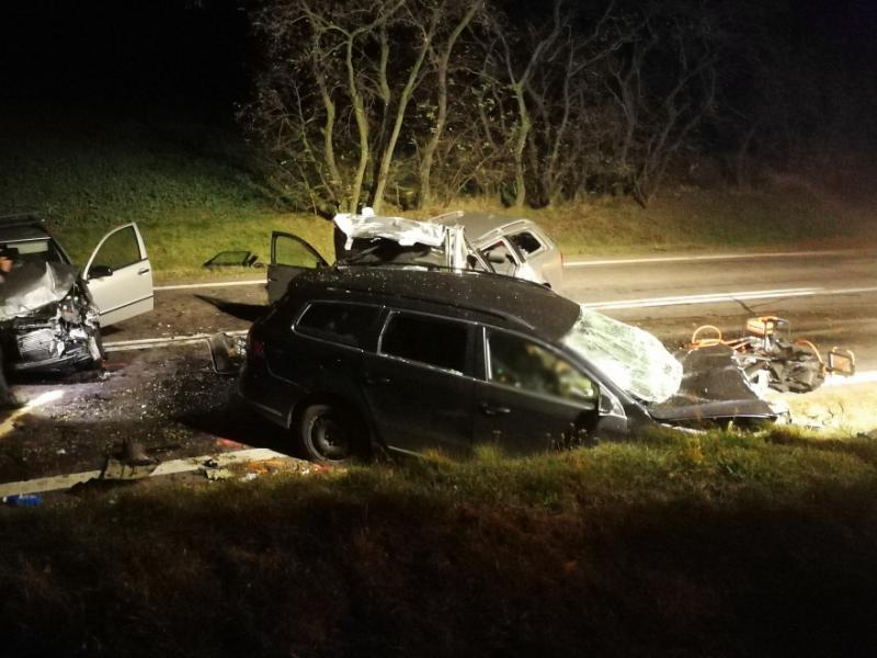 Pět lidí zemřelo při havárii tří osobních aut mezi Pavlicemi a Vranovskou Vsí. Tragická nehoda se stala před pátou hodinou večer na hlavním tahu mezi Jihlavou a Znojmem.