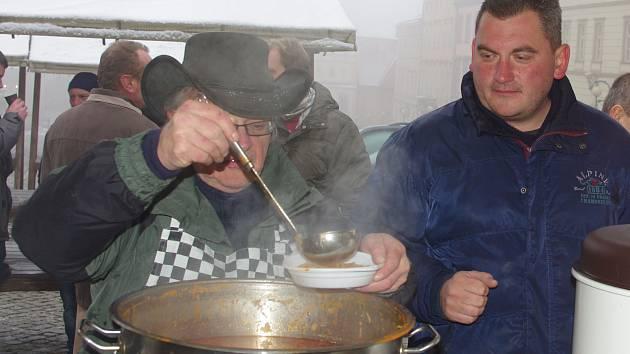 Ochutnat polévku a pomoci dobré věci přišly na Štědrý den dopoledne na tradiční Štědrovku dvě stovky lidí.