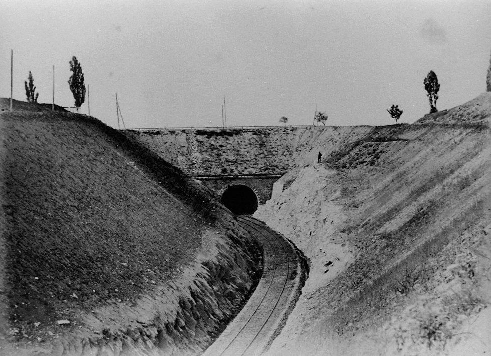 Podjezd Severozápadní dráhy pod císařskou silnicí v sousedství Soudního vrchu ve Znojmě (katastr Mansberk). Dimenze tunelu počítala s budoucím zdvoukolejněním dráhy. Po roce 1918 byly všechny plány k druhé koleji shozeny v Praze se stolu.
