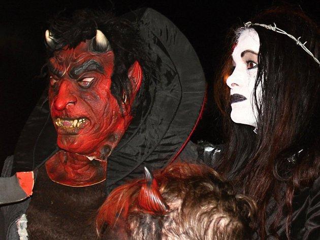 Znojemské manželky používáme v pekle jako ventilátory, popisuje Lucifer