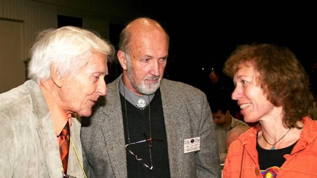 Na setkání cestovatelů v Prosiměřicích Cesty 2008 nechyběl Miroslav Zikmund (vlevo).