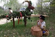 Spolek přátel hroznové kozy uspořádal v sobotu již tradiční akci pro veřejnost nazvanou Vynášení hroznového kozla do vinohradu. Průvod vyšel ze Znojma a kolem vinohradů zamířil do Popic a Konic.