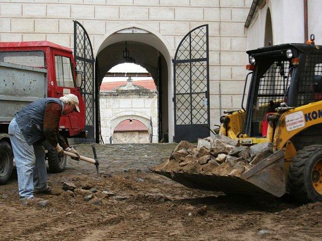 Součástí rekonstrukce Jevišovického zámku je i výměna dlažby na nádvoří.