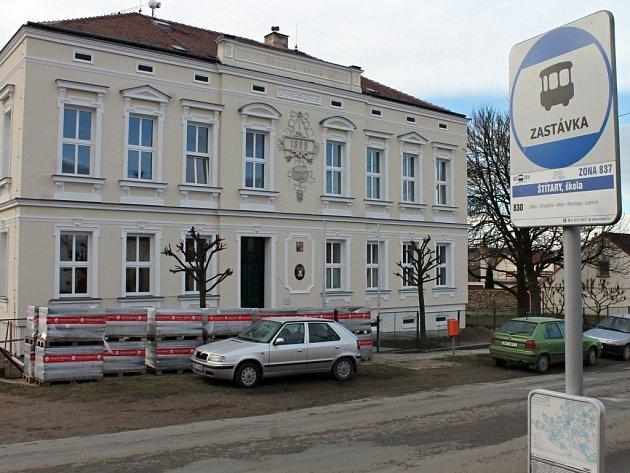 Budova štítarské školy je v novém hávu. Dočkala se zateplení i nového chodníku. Opravy platila z větší části obec a přišly na necelé tři miliony korun.