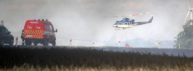 K rozsáhlému požáru pole a pneumatik vyjížděli hasiči v pondělí odpoledne k zemědělskému družstvu nedaleko Purkrábky u Suchohrdel.