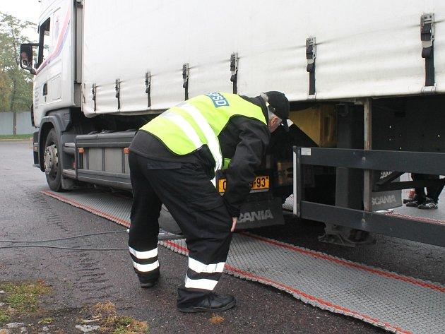 Dopravní policisté kontrolují kamion.