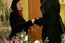 Květinářka Klára Jordánová (vlevo) přijímá gratulace od přátel.