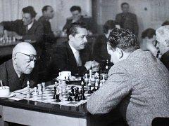 Znojemští šachisté se mohou pyšnit kronikou, která mapuje jejich činnost už od počátku vzniku šachového klubu ve Znojmě v roce 1921.