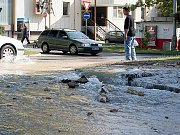 Prasklý vodovodní řad na křižovatce ulic Pražská a Rumunská komplikoval dopravu.