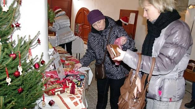 Dobročinný jarmark, na kterém nabízela asi desítka řemeslníků a výtvarníků organizovalo v pátek a v sobotu v centru Znojma sdružení Štastný úsměv.