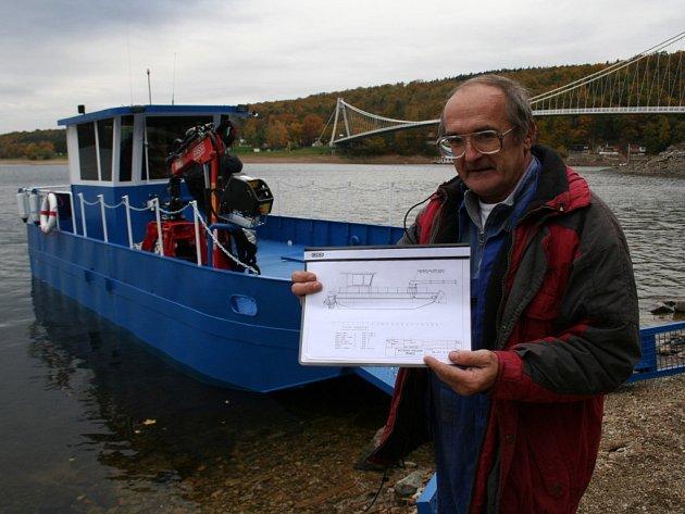 Ota Dubský před prototypem své lodi