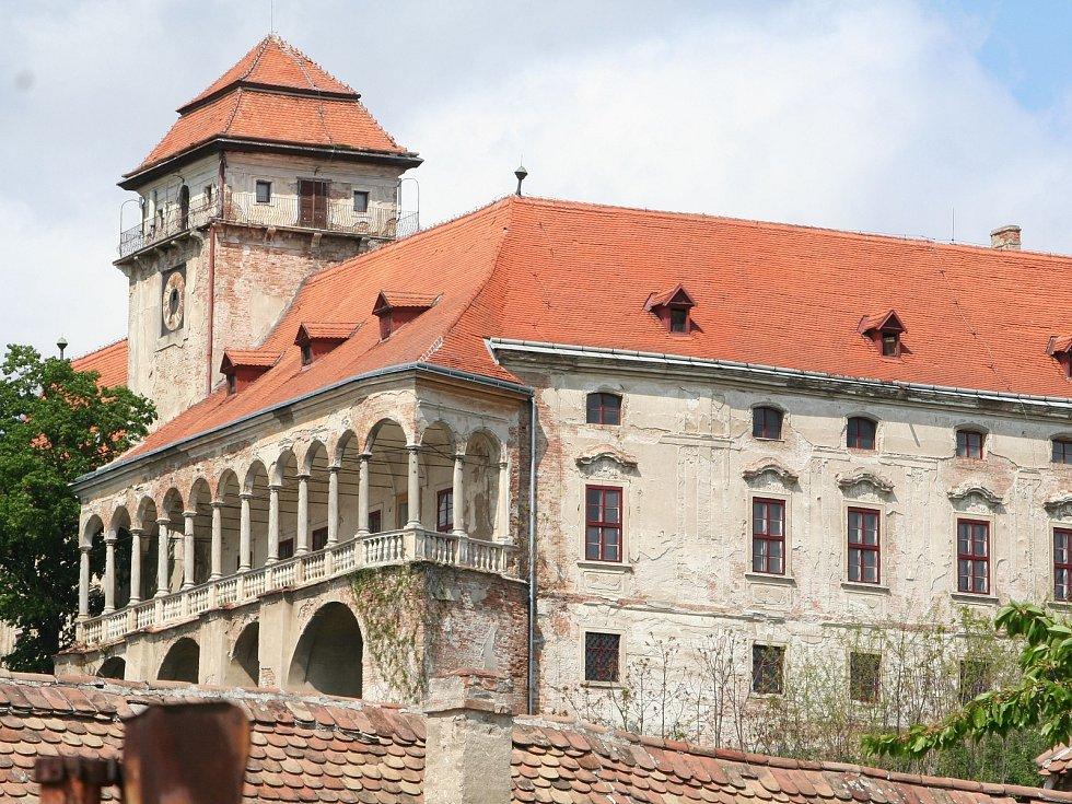 Monumentální jaroslavický zámek ze 16. století stále chátrá. Kvůli sporům o vlastnictví.