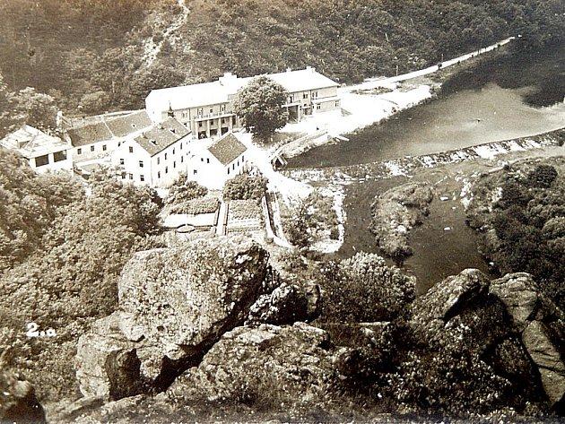 Znepoužívané budovy čtvrtého mlýna vznikl hotel na začátku třicátých let dvacátého století. Lákal výletníky zBrna iVídně. Aby uspokojil ichoulostivé hosty, vznikl na jeho zahradě ibazén.