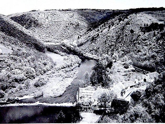 Na místě dnešní čerpací stanice stával Judexův mlýn až do roku 1945.Podle legend ho vlastnil tak silný mlynář, že zcela sám bez pomoci mohl naložit na povoz dvojsud. Převržený povoz ho nakonec ale izabil.