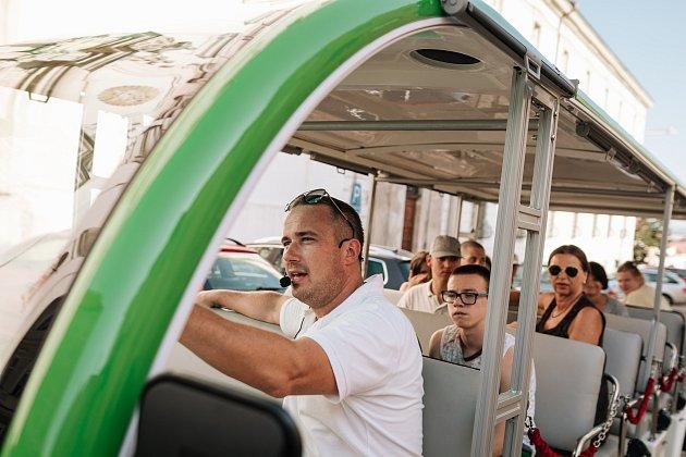 Majitel agentury průvodců nyní vozí turisty ve Znojmě inovým vláčkem. Říká mu Znojmáček.