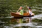 Stovky diváků se v neděli přišlo podívat na tradiční znojemskou Neckyádu. Na řeku vyplulo třináct origináních plavidel.